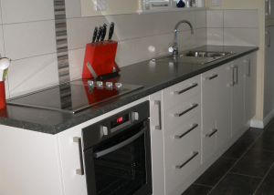 Dark laminate top, Cream doors, Tile splashback, straight line